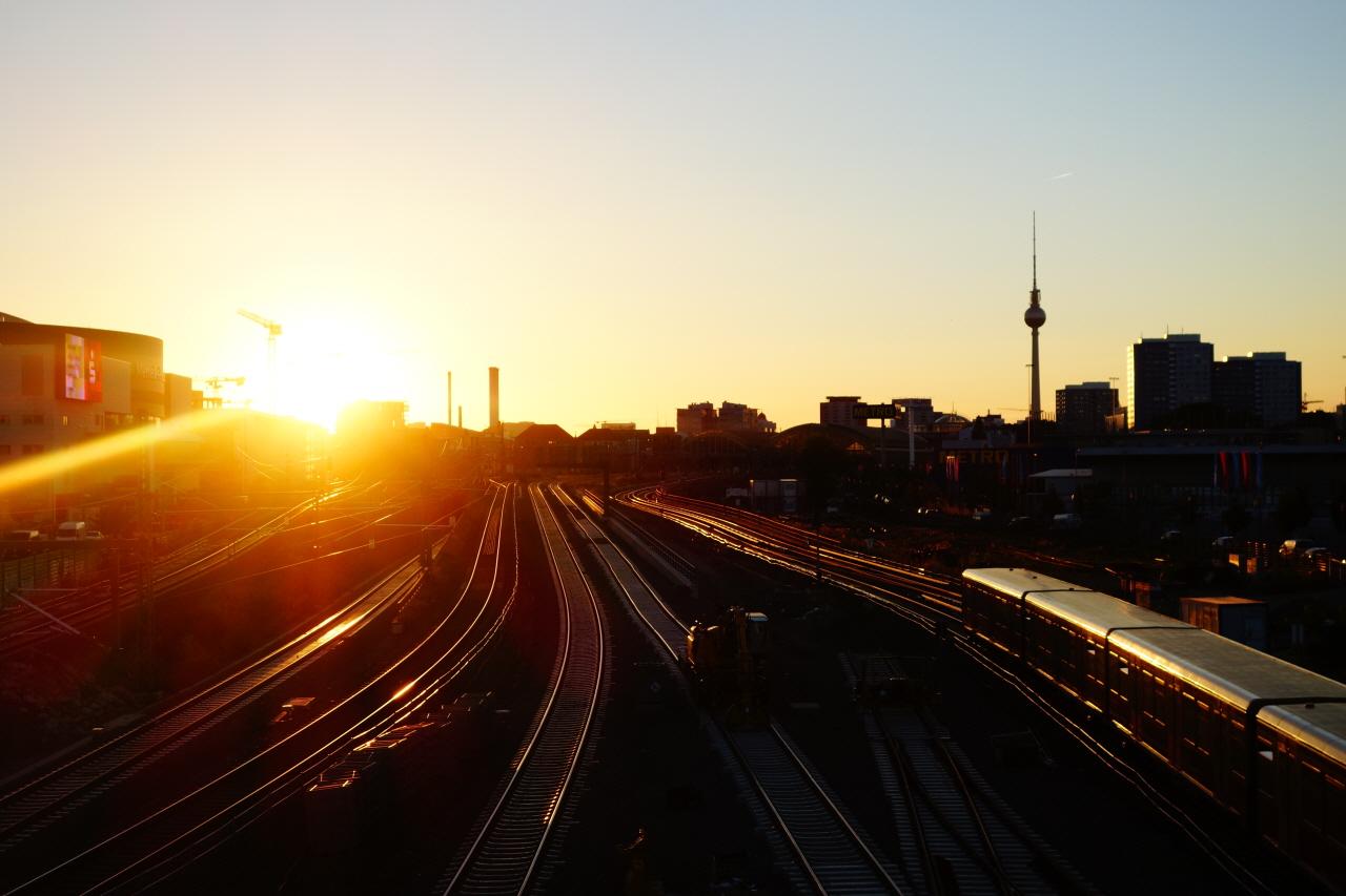 해질녘 베를린의 한 전철역에서 바라본 노을
