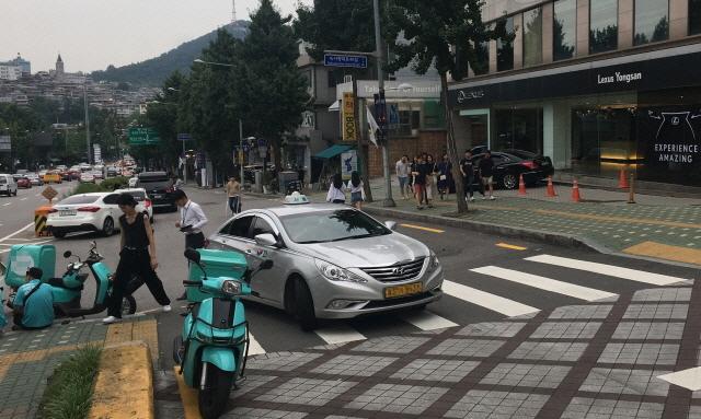 인터뷰를 마친 후 때마침 횡단보도에 정차해 있는 택시를 만났다. 유모차를 밀던 은영씨는 사진 속 보행자들처럼 택시를 돌아서 길을 건너야 했다.