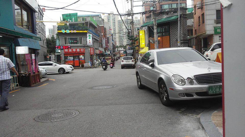 인도와 차도의 구분이 없는 서울 마포구 공덕동의 한 골목. 인도를 만들기엔 골목이 너무 좁다.