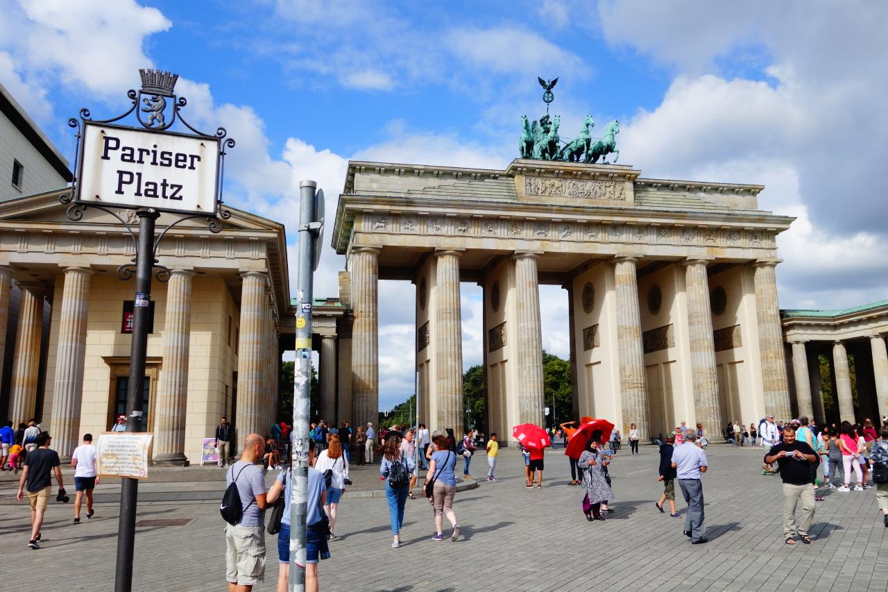 독일 베를린 파리저 광장(Pariser Platz)에 있는 브란덴부르크 문.