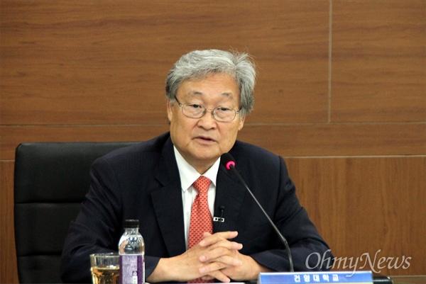 새 건양대학교 총장으로 취임한 정연주(71) 전 KBS 사장이 12일 건양대 대전 메디컬캠퍼스에서 기자회견을 열고 있다.