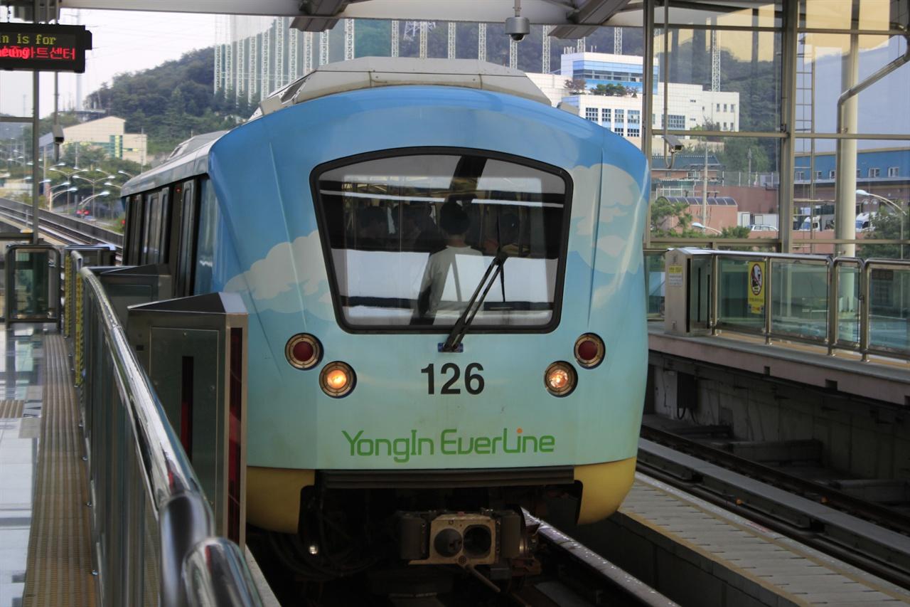 용인경전철은 '승객이 없을 것'이라는 우려 속에 3년간 개통이 연기되었던 전례가 있다.