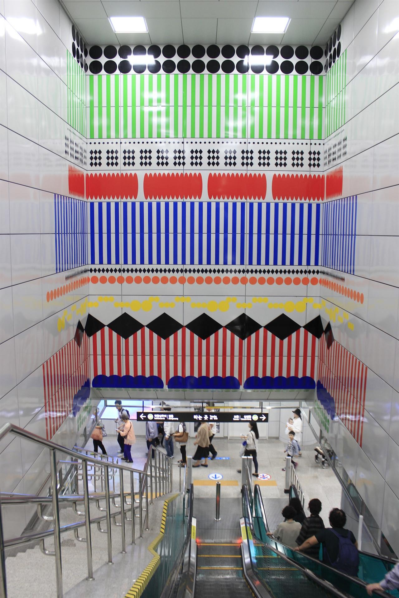 역사 내 문화사업의 일환으로 보문역에 설치된 설치예술. 보통 전철역이라면 광고판이 큼직하게 자리잡았을 위치에 있다.