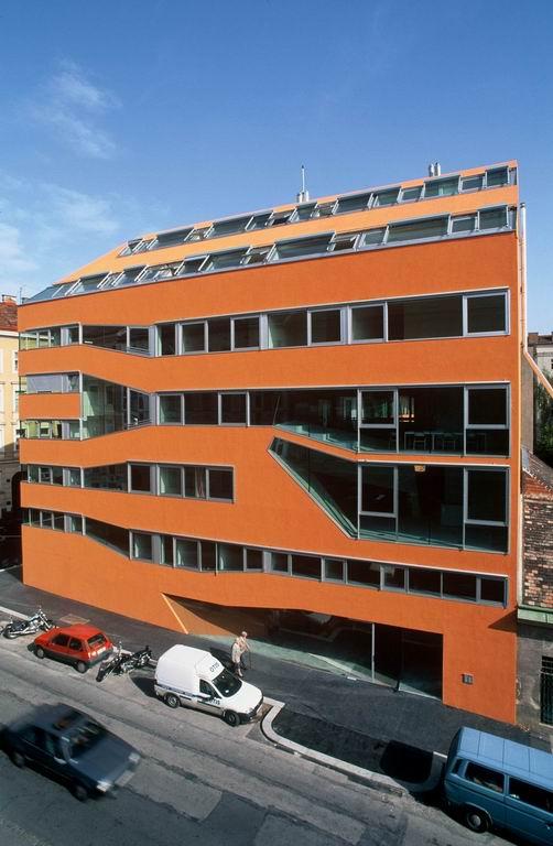 오스트리아 비엔나시에 있는 사회주택, 자그파브릭(Sargfabrick)의 모습. 입주민 모두가 공동 생활을 할 수 있는 공간으로 만들어져 있다.