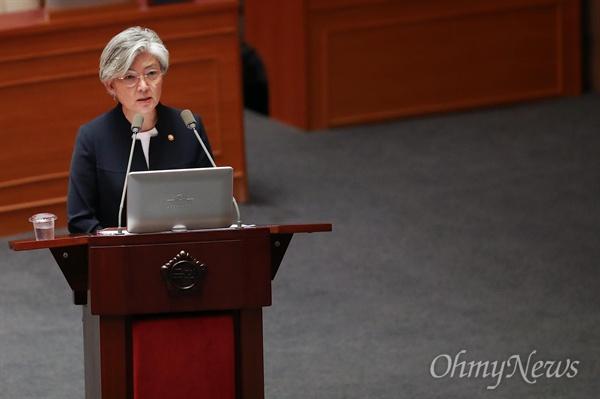 의원들의 질의하는 강경화 장관 강경화 외교부장관이 12일 오후 서울 여의도 국회에서 열린 외교·통일·안보 분야에 대한 대정부질문에 참석해 의원들의 질의에 답변하고 있다.