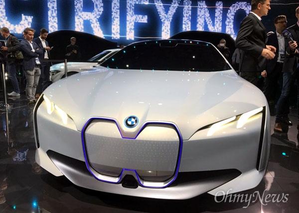 독일 베엠베(BMW)가 12일 프랑크푸르트모터쇼에서 새로 공개한 전기차. BMW는 순수 전기차 i3의 새로운 모델인 '뉴 i3'도 내놨다.