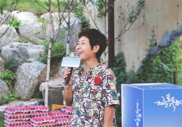헌혈톡톡콘서트에서 진행을 맡은 방송인 김미화 씨가 객석의 참가자와 이야기를 나누고 있다.