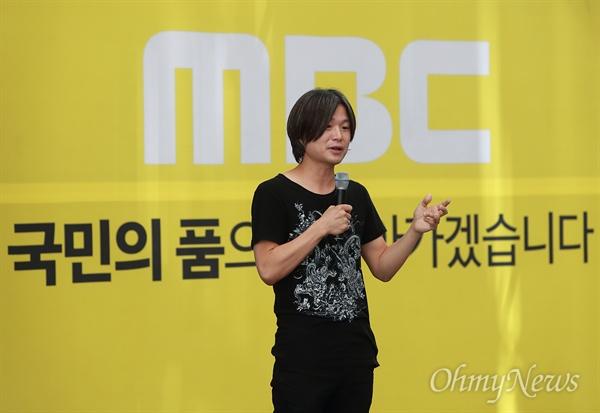 MBC파업 지지하는 주진우 기자 시사인 주진우 기자가 13일 오전 서울 마포구 MBC상암사옥에서 열린 언론노조MBC본부 총파업 집회에 참석해 조합원들을 응원하고 있다.