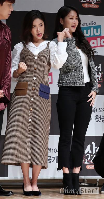 '사서고생' 소진-소유, 고생길 잊고 예쁘게! 13일 오후 서울 상암동 JTBC사옥에서 열린 JTBC 디지털 채널 '스튜디오 룰루랄라' 예능 <사서고생> 제작발표회에서 소진과 소유가 포토타임을 갖고 있다. <사서고생>은 한국에서 가져온 물건을 벨기에에서 팔며 경비를 마련하는 신개념 자금 마련법과 함께 여행지를 즐기는 모습을 담은 자급자족 여행 테크 예능프로그램이다. 14일 목요일 오전 10시 첫 공개.