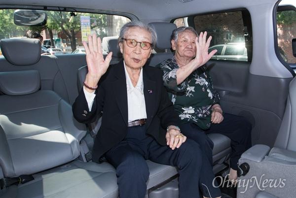 일본군 위안부 피해자인 길원옥, 김복동 할머니가 13일 오후 서울 종로구 '1300차 정기 수요시위'를 마치고 서한 청와대에 서한 전달을 위해 차량에 탑승하고 있다.