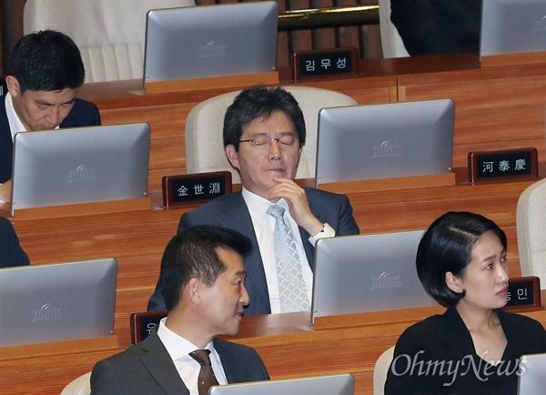 바른정당 유승민 의원이 13일 오후 국회 본회의장에서 열린 경제분야 대정부 질문에 참석해 생각에 잠겨 있다.