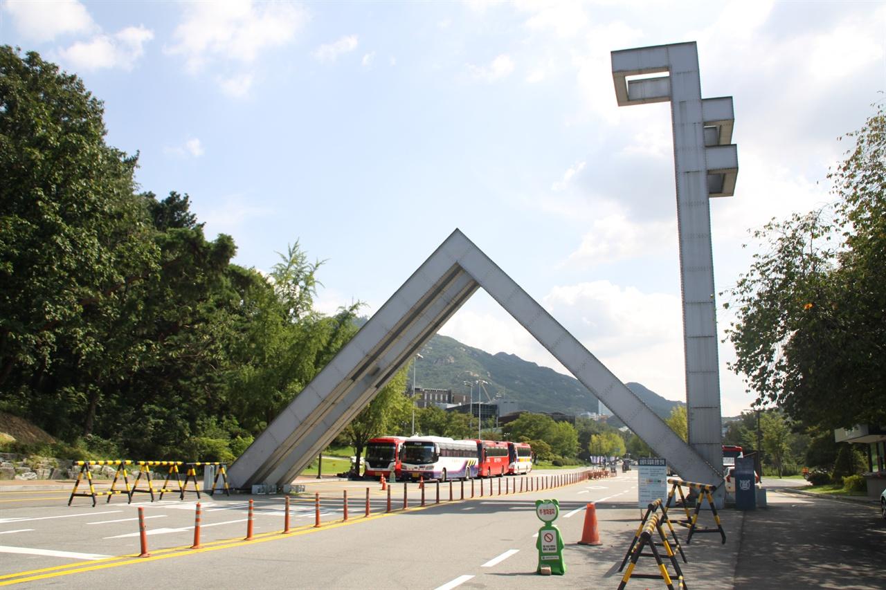서울대학교 정문 1980년 발표된 7.30 교육개혁 조치로 대학 문턱이 낮아지긴했지만 서울대를 정점으로 하는 대학 서열 구조는 여전했고, 시간이 흐를수록 학벌체제의 벽은 높아졌다.