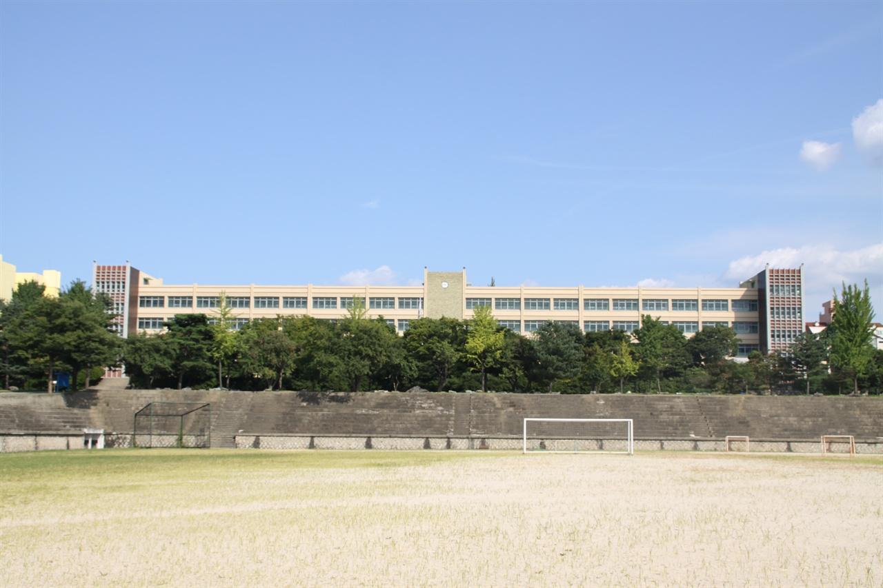 영동고등학교 강남구 청담동에 위치한 영동고등학교는 완전학군제 세대가 처음으로 대학에 진학한 1984년 78명의 서울대 합격생을 배출했다.