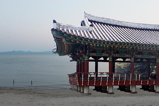 통신사가 일본으로 떠날 때, 그리고 돌아왔을 때 행사가 펼쳐졌던 영가대는 바다에 인접해 있었다. 지금은 영가대 일대가 땅으로 변했지만...
