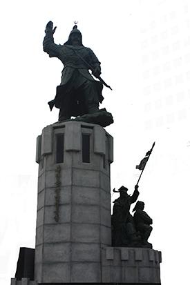 초량동 1148에 세워져 있는 정발 장군 동상