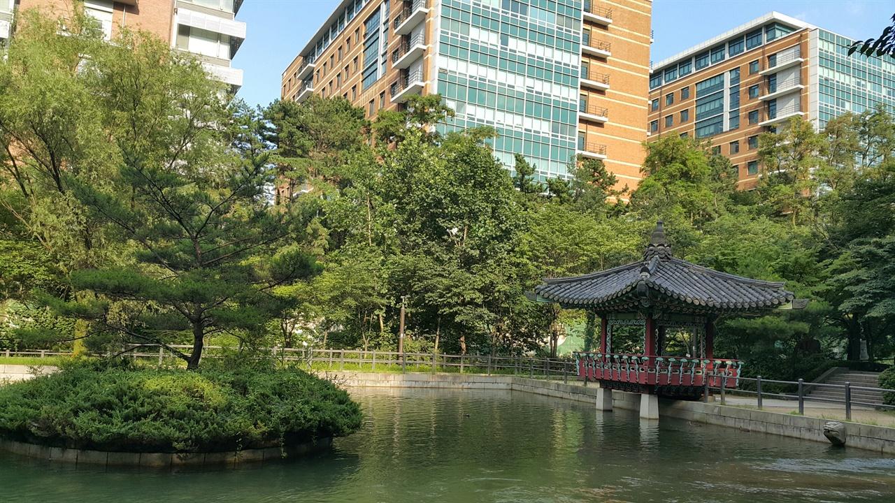 관악산 호수공원과 자하정 지금의 호수공원 자리에는 본래 1968년에 설치된 신림풀장이 있었으나 서울대 이전 후 사용되지 않고 방치되던 것을 1997년, 호수공원으로 조성하였다.