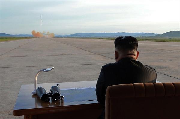 """미사일 발사 지켜보는 김정은 북한 김정은 노동당 위원장이 중장거리탄도미사일(IRBM)인 화성-12형 발사 훈련을 현지 지도했다고 16일 조선중앙통신이 보도했다. 김 위원장은 미사일 발사훈련을 지켜보고 """"무제한한 제재봉쇄 속에서도 국가핵무력 완성 목표를 어떻게 달성하는가를 똑똑히 보여주어야 한다""""며 """"이제는 그 종착점에 거의 다달은 것만큼 전 국가적인 모든 힘을 다하여 끝장을 보아야 한다""""고 말했다."""