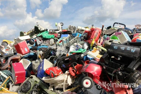 재활용플라스틱폐기물가격이하락하면서업체별로출고되지못한제품들이산더미처럼쌓이고있다.