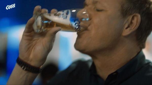 오비맥주의 새 카스 광고 모델로 발탁된 스타 셰프 '고든 램지'의 이미지.
