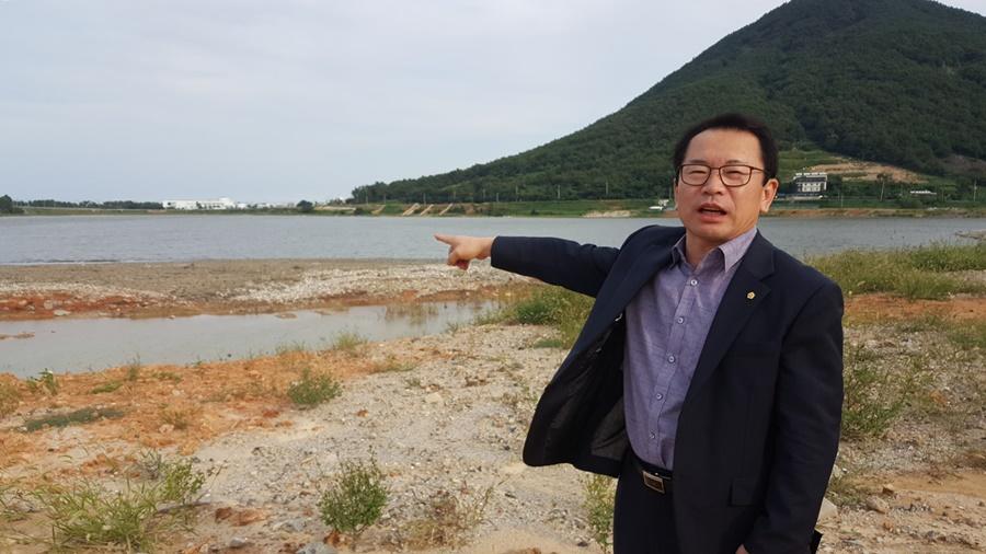 여수시 돌산읍 노평우씨(61.돌산읍 주민자치위원장)가 무술목 앞에서 개인소유가 된 바다의 내력을 설명하고 있다.
