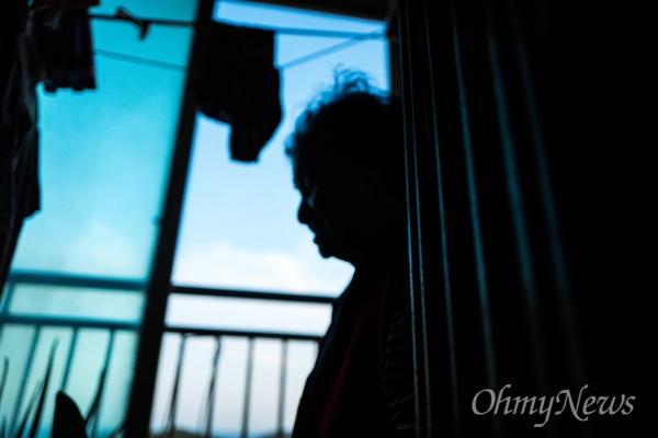 제대를 2개월 앞둔 김찬욱 상병은 할머니에게 전화해 방을 치워달라고 부탁했다. 그게 마지막 부탁이 되고 말았다. 할머니 최영자씨는 밖이 보이는 베란다에서 찬욱이의 이름을 부르며 김 상병이 돌아오기를 애타게 기다린다.