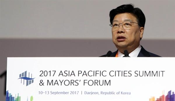 아시아 태평양 도시 시장들이 한자리에 모인 2017 아시아태평양 도시정상회의가 지난 10일 대전 컨벤션센터에서 개막했다. 공동 개최도시인 대전시의 권선택 시장이 개회사를 하고 있다.