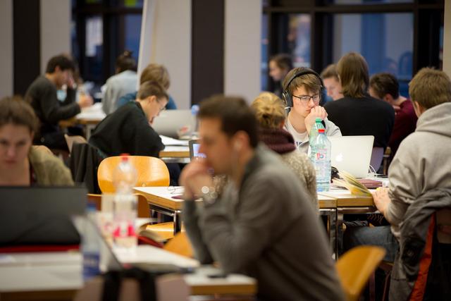 """""""집중 글쓰기"""" 독일 함부르크대학교 학생들이 글쓰기센터에서 주최한 글쓰기 프로그램에 참석해 글을 쓰고 있다."""