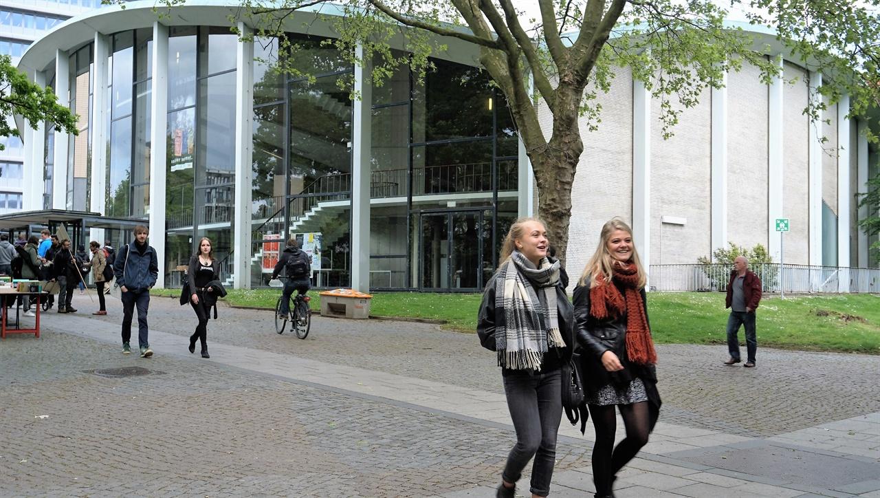 함부르크대 교정 독일 제 2의 도시인 함부르크에 있는 함부르크대 교정. 함부르크대에는 한국학과가 설치되어 있고 한국에서 온 교환학생들도 많다.