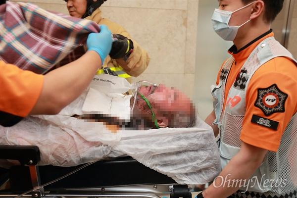19일 오후 서울 마포구 상암동 누리꿈스퀘어 18층 야외정원에서 '재독 망명객' 조영삼씨가 사드배치에 반대하며 분신한 가운데, 119대원들이 병원으로 이송하고 있다. 한강섬심병원으로 후송된 조영삼씨는 다음날일 20일 오전 9시 37분 사망했다.