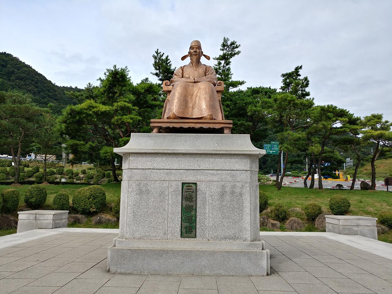 충북 단양군의 도담삼봉에서 찍은 정도전 동상.