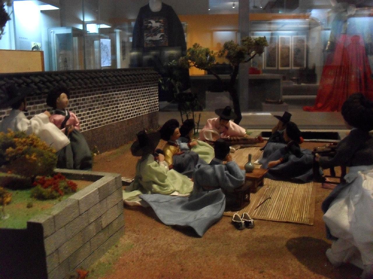 술자리를 즐기는 선비들. 서울시 종로구 신문로의 서울역사박물관에서 찍은 사진.