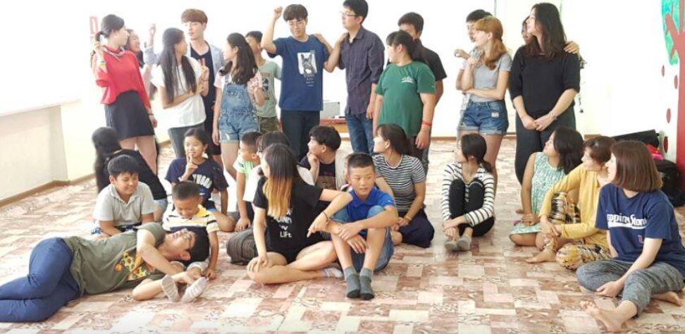 고향마을 숙소 실내에서 단체 사진