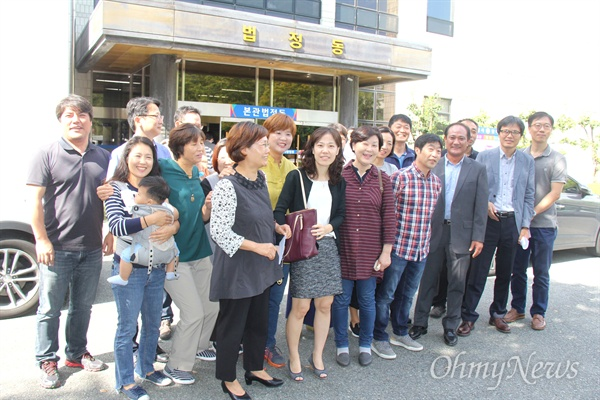 전교조 경남지부 조합원들이 21일 오전 창원지방법원에서 재판을 받은 뒤 사진을 찍었다.