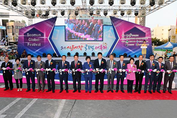 지난해 10월 6일 열린 대구 서문시장 글로벌 대축제.  최근 열정페이 수준의 공연비 섭외로 논란이 빚어졌다