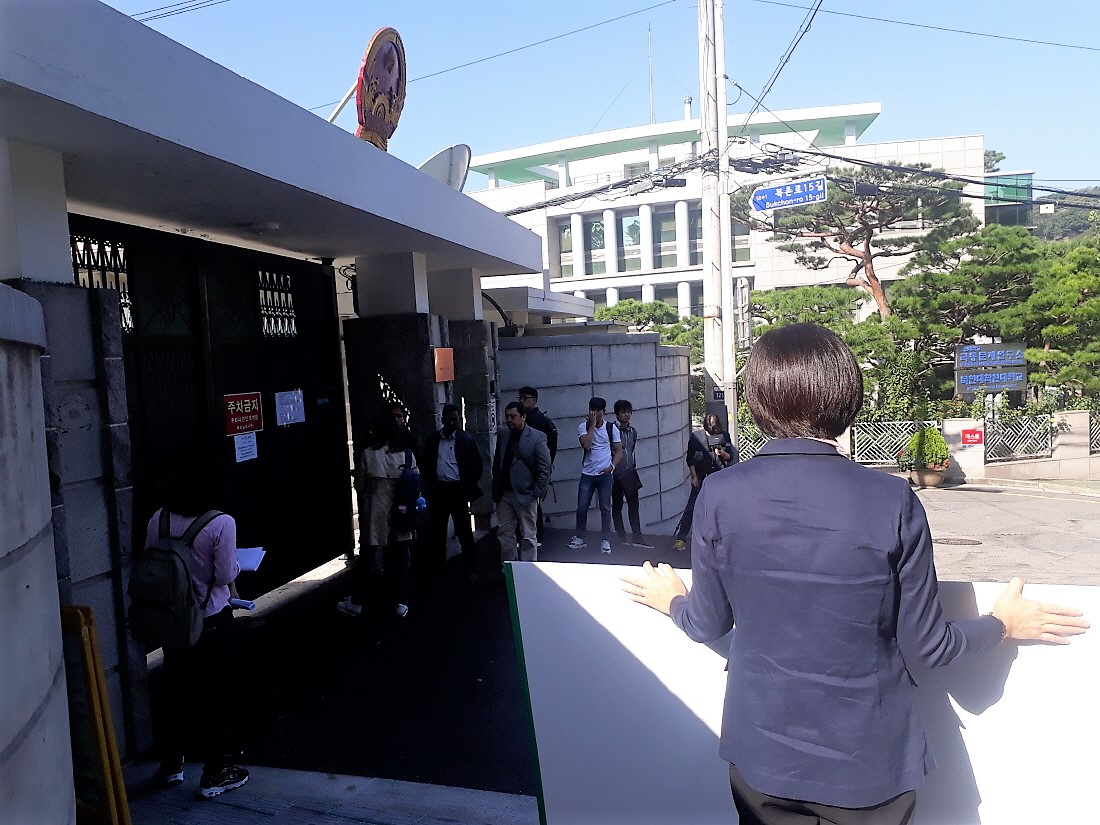 영사 업무 시작을 앞두고 대기하는 베트남인들 앞에서 한 대표가 푯말을 세워보이고 있다.