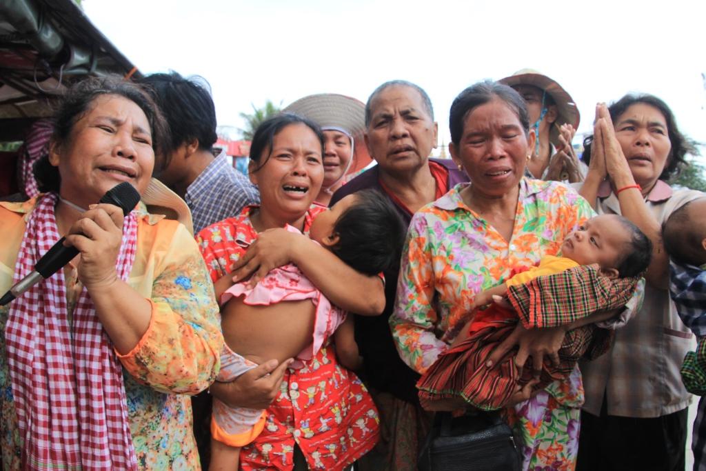 정부의 잘못된 토지정책으로 인해 살던 집과 땅을 빼앗긴 채 울부짓는 캄보디아 서민들의 모습. 훈센정부의 언론 탄압에도 불구하고, 400만명이 넘는 페이스북 가입자들이 현 정부의 실정과 과오를 실시간으로 지켜보고 있다. 내년 7월총선의 또 다른 변수로 작용할 것으로 보인다.