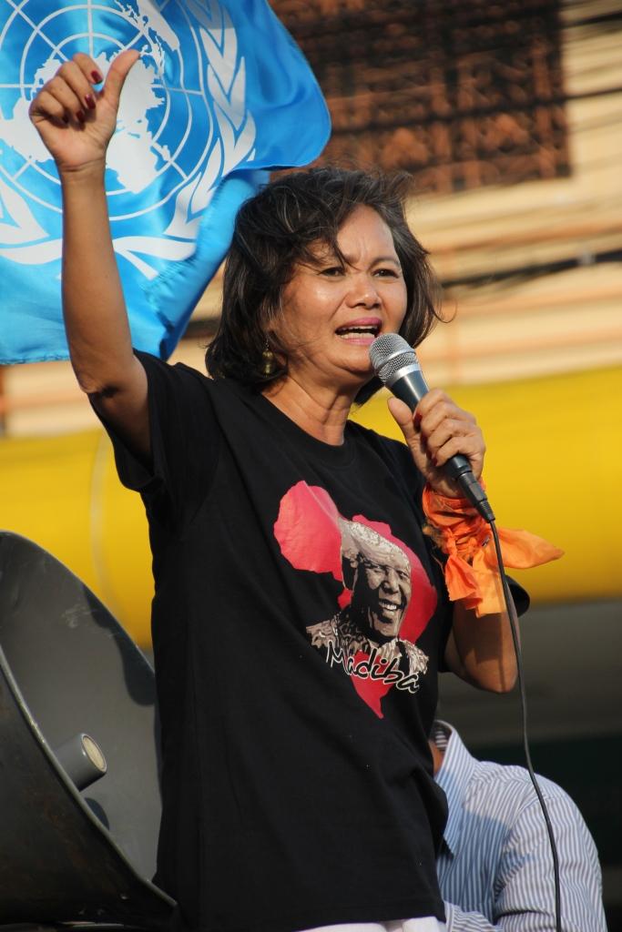 지난 2013년 12월 프놈펜 도로 행진 당시 시위대 선봉에 선 무 소쿠아 야당 부총재 험난해보이는 캄보디아의 민주화 과정은 과거 7~80년대 우리의 모습을 돌아보게 만든다.