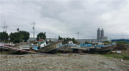 신고리5·6호기 현장인 골매마을의 빈 집들이 헐린 자리에 한수원이 주민들에게서 사들인 어선들이 방치돼 있다