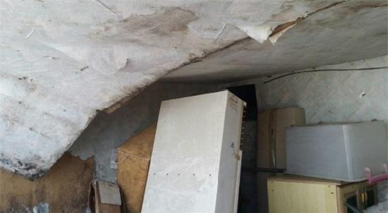 박봉남 씨 집의 무너진 천장. 굴착공사 등의 영향으로 땅이 울리고, 그 충격으로 집 천장이 무너져 내렸다고 한다