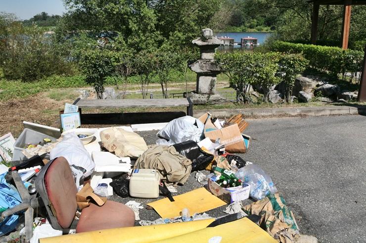 쓰레기장 용인시 원삼면 두창리 소재 삼층석탑 앞 도로변에 쓰레기가 쌓여있다