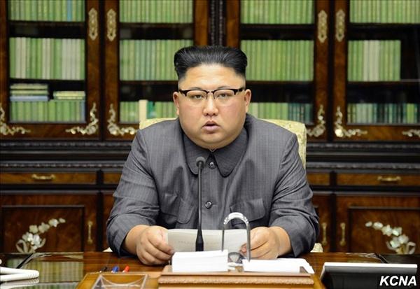 북한 김정은 노동당 위원장이 지난 21일 도널드 트럼프 미국 대통령의 유엔 총회 연설에 대응해 직접 본인 명의의 성명을 발표했다고 조선중앙통신이 22일 보도했다. 사진은 연설문을 손에 들고 성명을 읽는 김정은 모습.