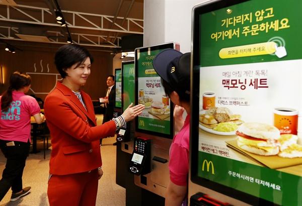 지난해 10월 28일 오전 열린 서울 마포구 맥도날드 상암DMC점 오픈 행사에서 조주연 사장이 메뉴를 주문할 수 있는 디지털키오스크를 시연하고 있다.