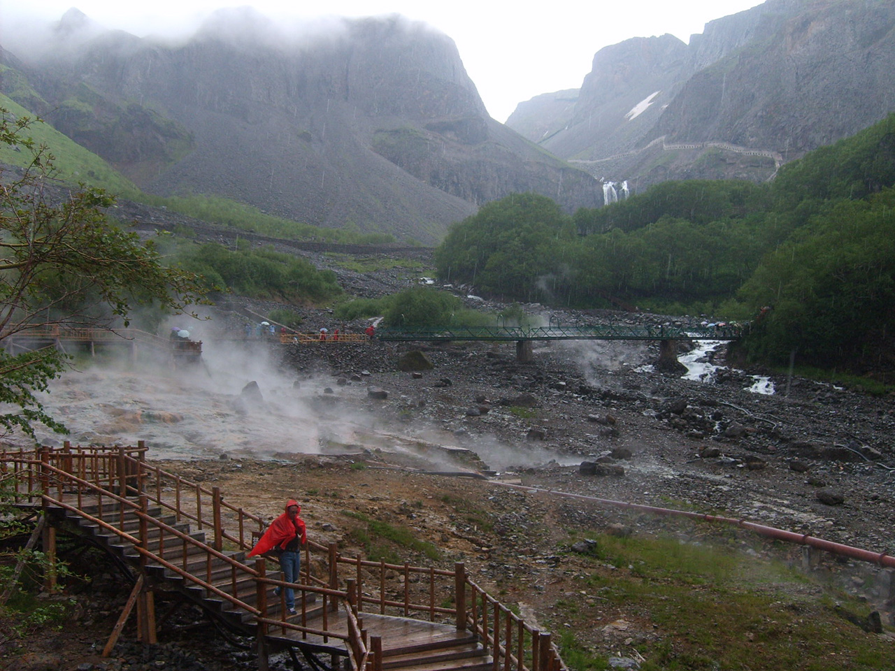 온천의 풍경. 지면에서 열이 올라오고 있다. 사진은 백두산 장백폭포에서 북쪽으로 900미터에 있는 취룡천이란 노상 온천.