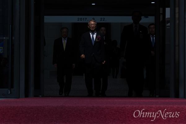 양승태 대법원장이 22일 오전 서울 서초구 대법원에서 퇴임식을 마치고 청사를 떠나고 있다.