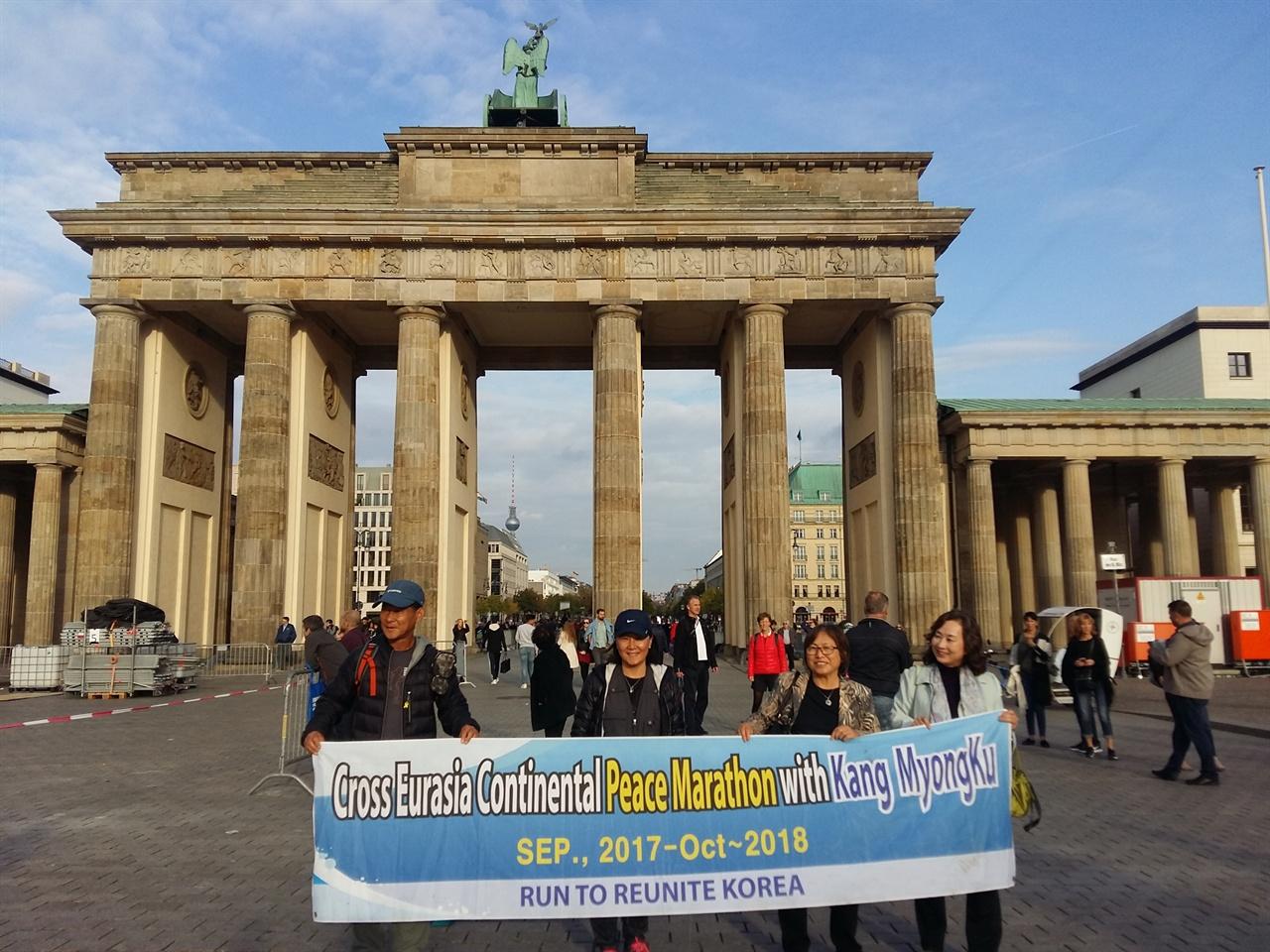 베를린 브란텐부르크 문 앞에서 베를린의 상징이며 독일 통일의 상징 브란덴부르크 문 앺에서 일행과 사진 촹영 중인도인이 한국의 평화통일을 지지한다며 함께 하여주었다.
