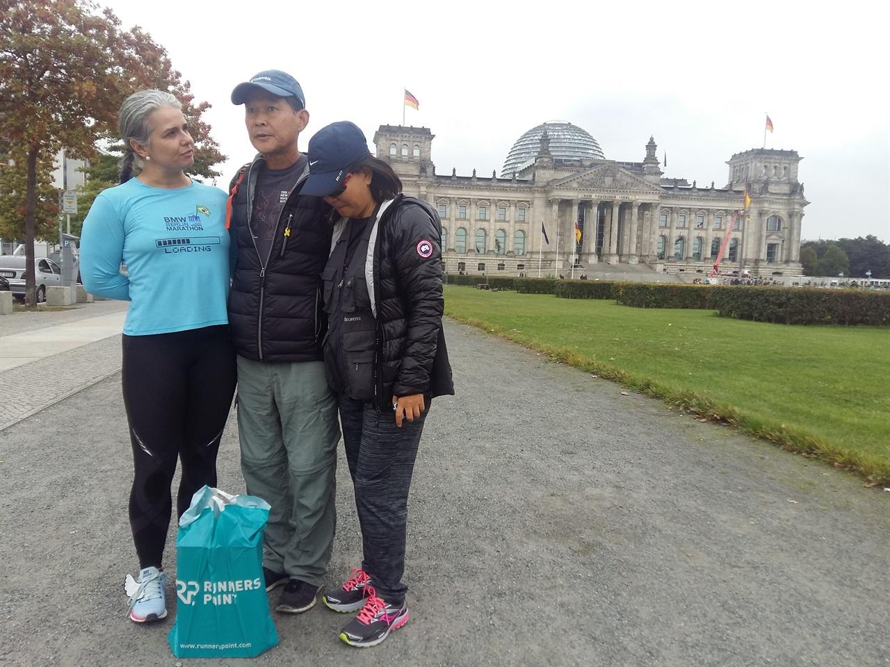 베를린 국회의사당 앞에서 베를린 국회의사당 앞에서 만나 베를린 마라톤 참가차 온 브라질 마라토너와 함께