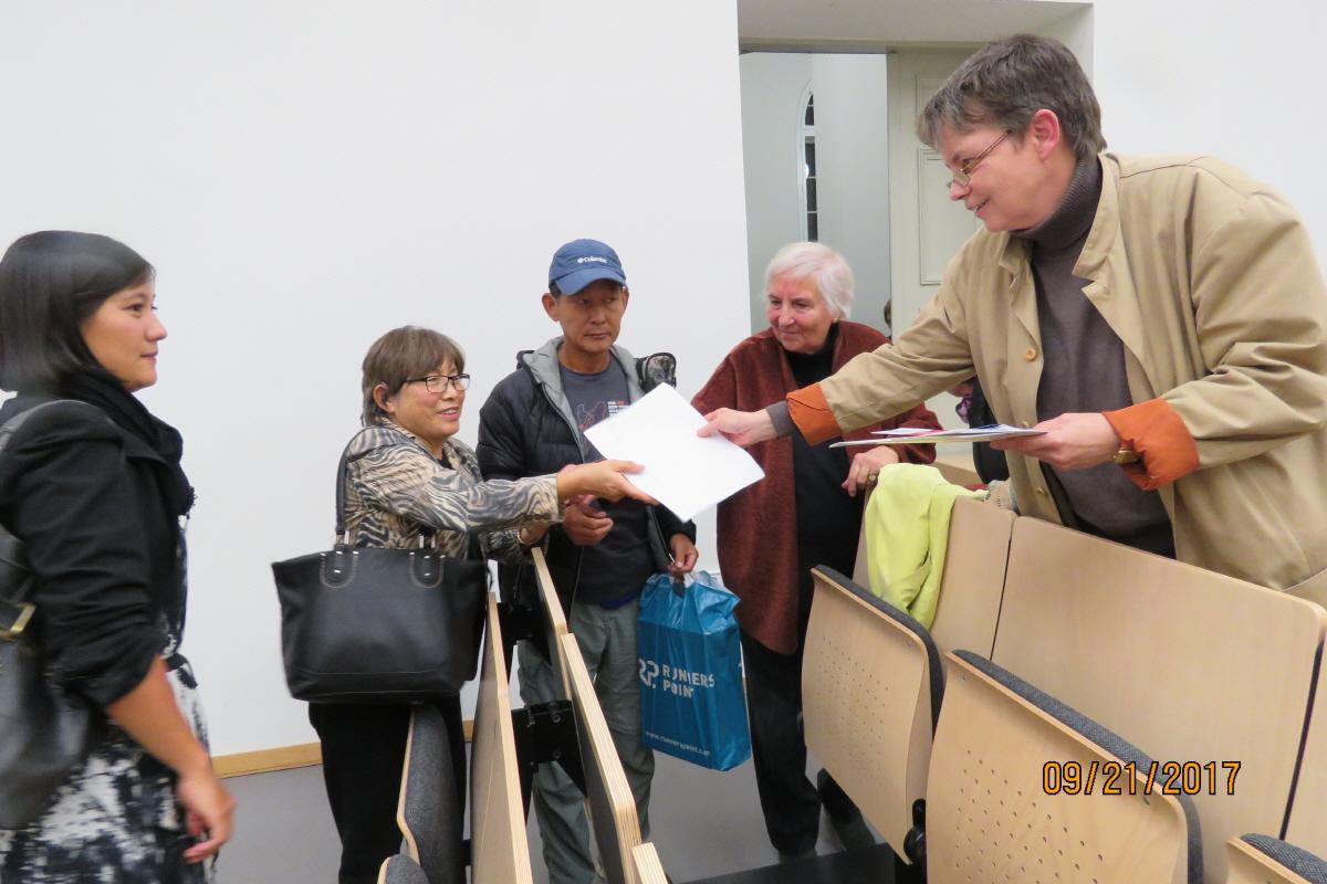 한반도 평화통일을 지지하는 서명을 받고있다. 제독 여성평화운동가 한정로회장이 한반도 평화통일을 지지하는 서명을 받고있다.