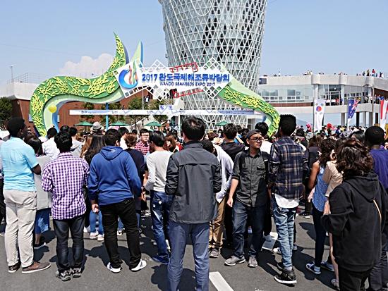 해조류박람회는 외국인 3만1,741명을 포함한 93만7,505명의 관람객이 방문해 당초 60만명의 관람객 목표를 완도군민 수의 17.7배, 목표대비 156% 달성했다. 그러나 행사장인 완도읍권을 중심으로 한 1권역 주민만족도 설문조사가 타권역보다 부정적인 의견이 많았다.
