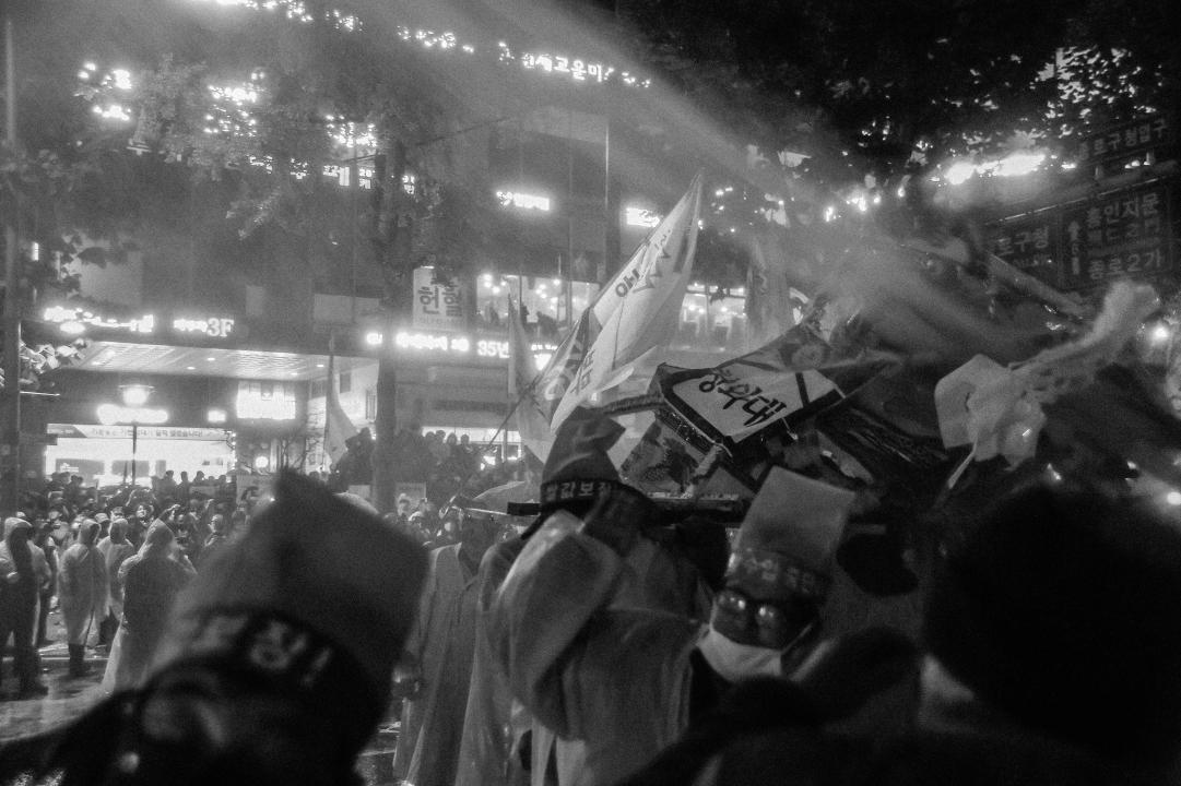 물대포를 맞는 농민들 2015년 11월 14일 민중총궐기 당시, 농민들이 경찰이 쏜 물대포를 맞고 있다.