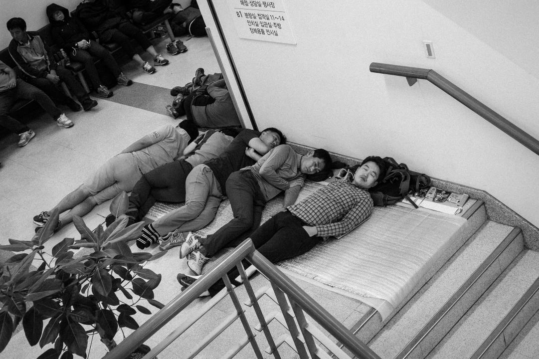 쪽잠을 청하는 사람들 백남기 농민의 시신을 지키기 위해 서울대병원 장례식장에 모인 사람들이 2016년 9월 26일 새벽 쪽잠을 청하고 있다.